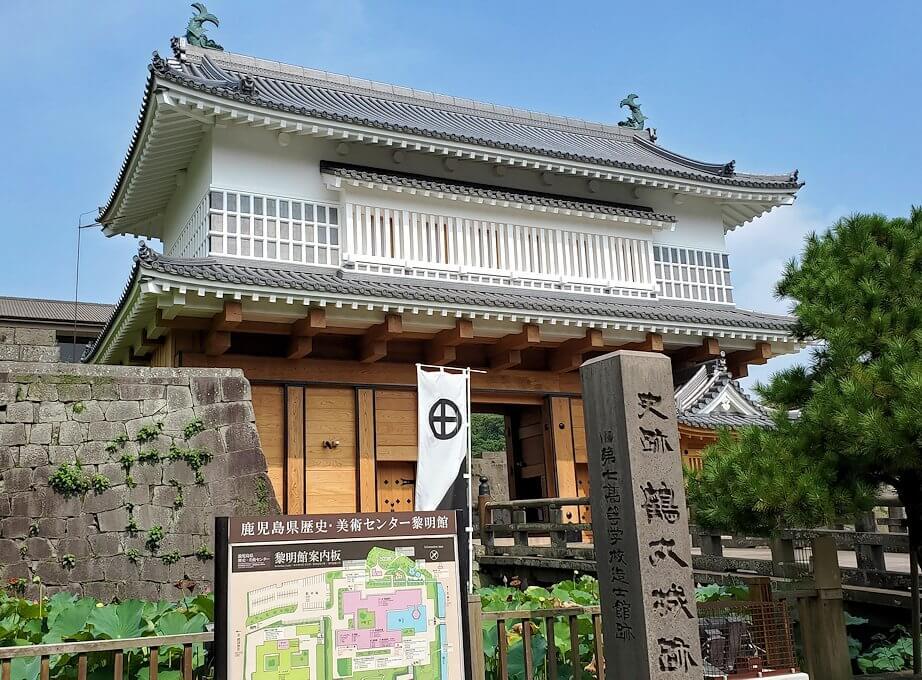 鶴丸城跡地の正門「御楼門」