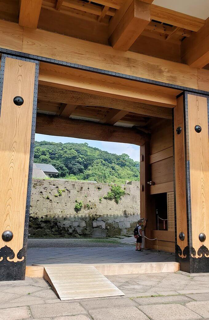 鶴丸城跡地の正門「御楼門」を入る
