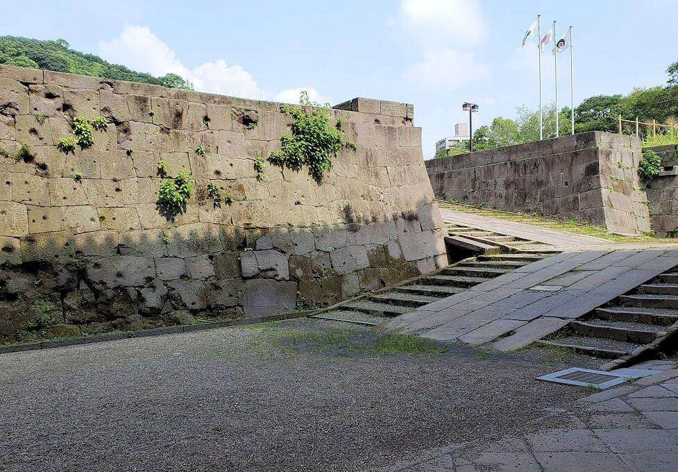 鶴丸城跡地の正門「御楼門」を入った城内にある石垣