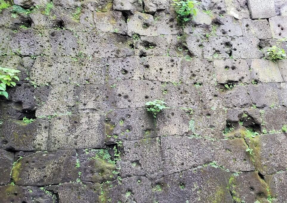 鶴丸城跡地の正門「御楼門」を入った城内にある石垣に見える、西南戦争時の銃痕の説明