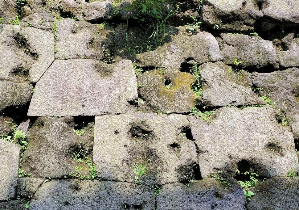 鶴丸城跡地の正門「御楼門」を入った城内にある石垣に見える、西南戦争時の銃痕の説明1