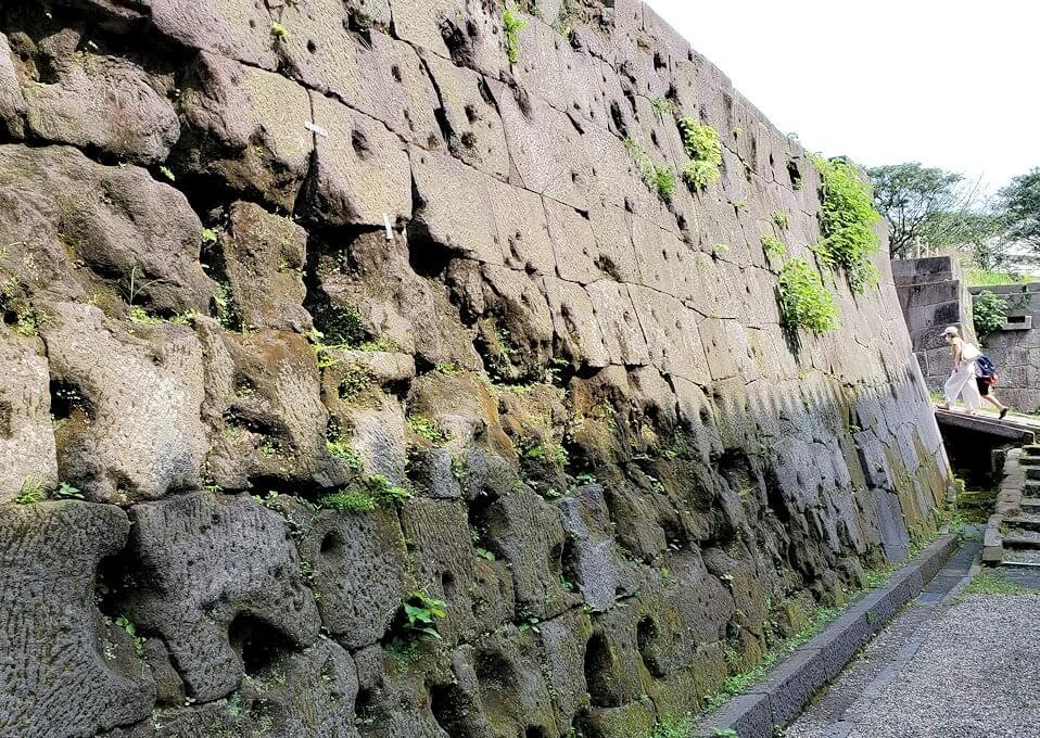 鶴丸城跡地の正門「御楼門」を入った城内にある石垣に見える、西南戦争時の銃痕2