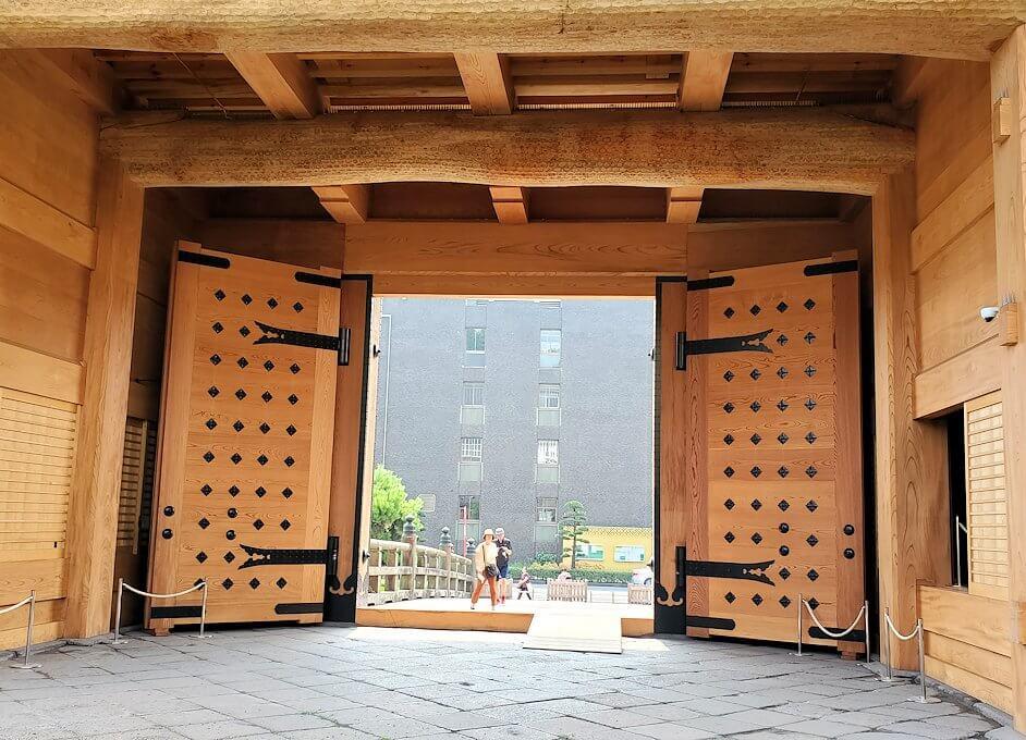 鶴丸城跡地の正門「御楼門」裏側