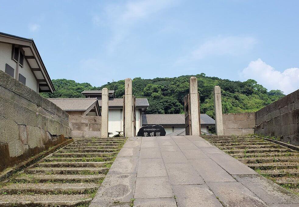 鶴丸城跡地へ進む