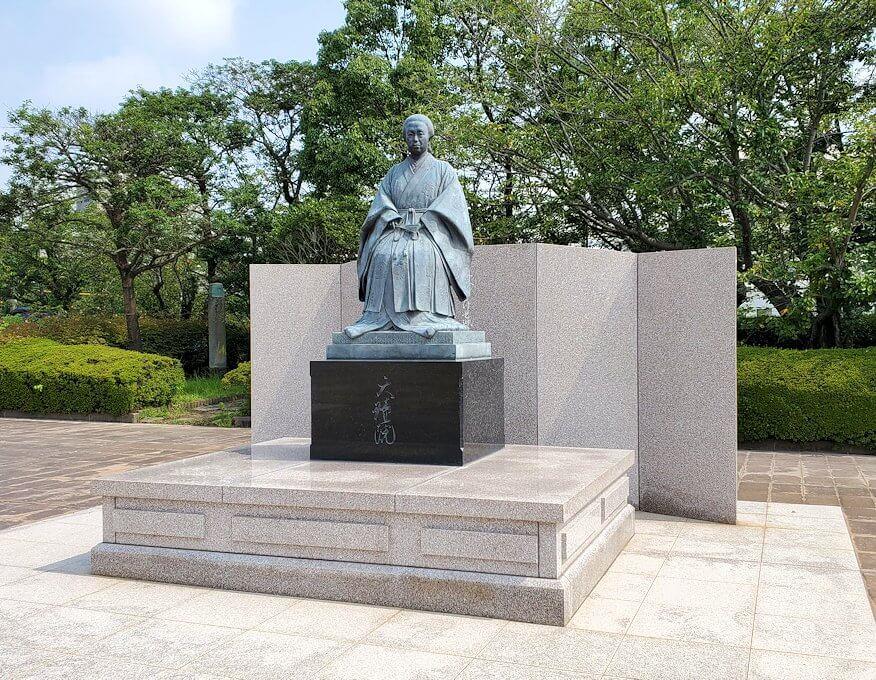 鶴丸城跡地にある篤姫の像