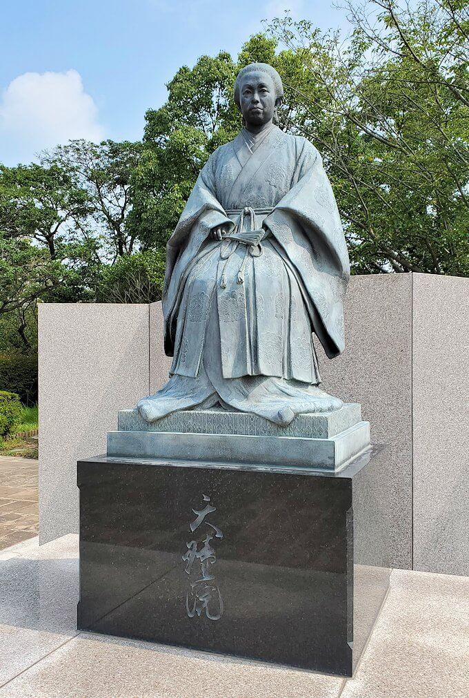 鶴丸城跡地にある篤姫の像1