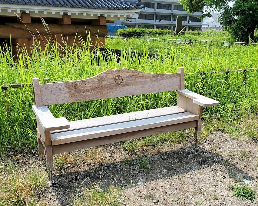 鶴丸城跡地にあるベンチ