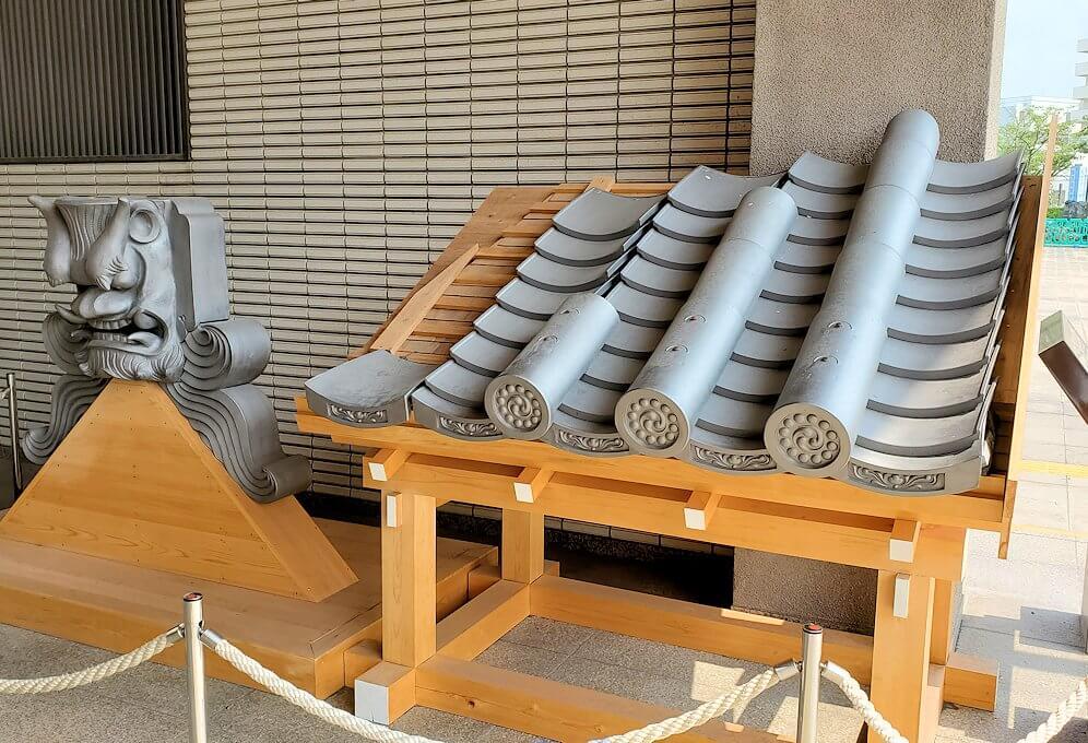 鶴丸城跡地の正門「御楼門」に使われている鬼瓦2