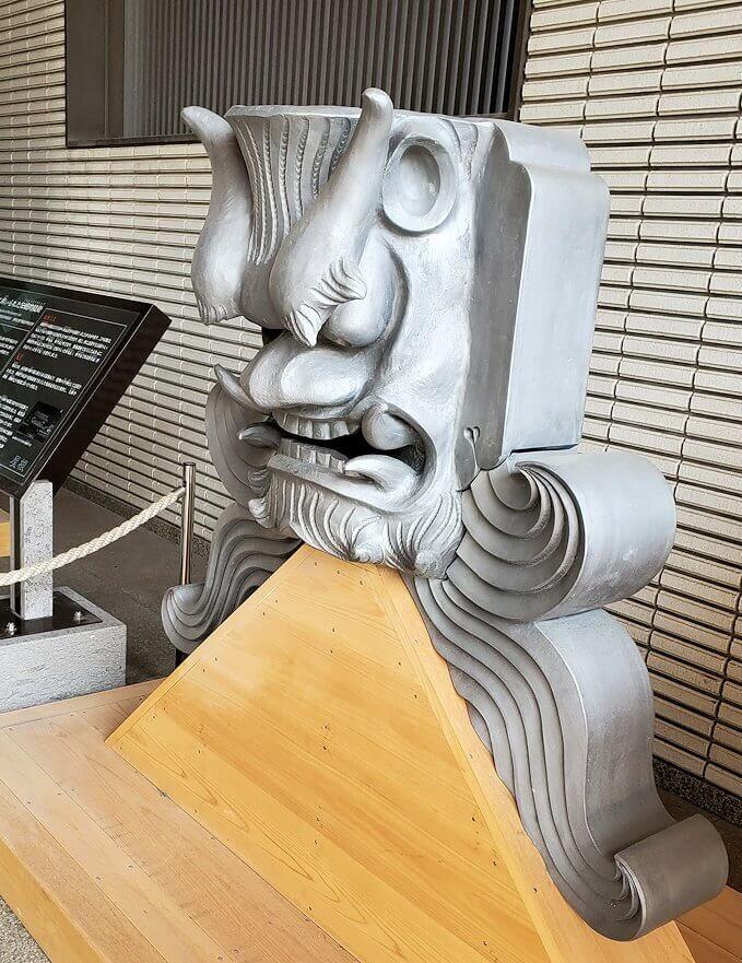 鶴丸城跡地の正門「御楼門」に使われている鬼瓦1