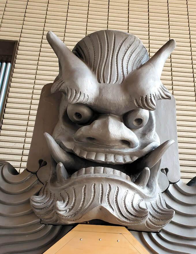鶴丸城跡地の正門「御楼門」に使われている鬼瓦