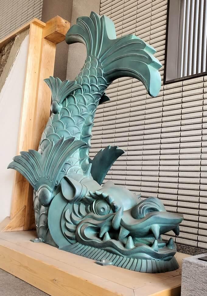 鶴丸城跡地の正門「御楼門」に使われている鯱