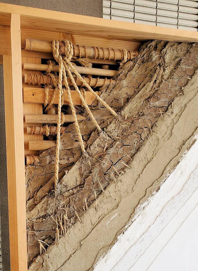 鶴丸城跡地の正門「御楼門」に使われているなめこ壁1