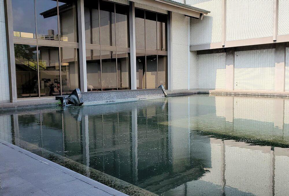 鶴丸城跡地にある黎明館の池