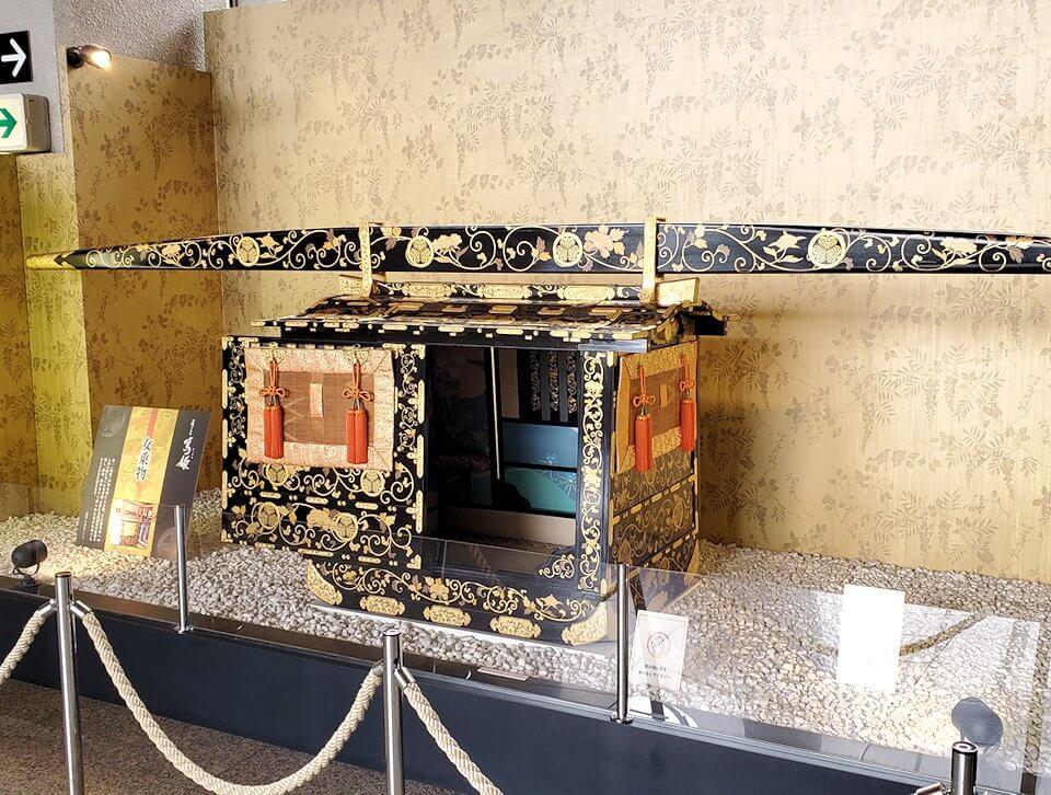 黎明館にある、大河ドラマ『舞姫』で使われた籠