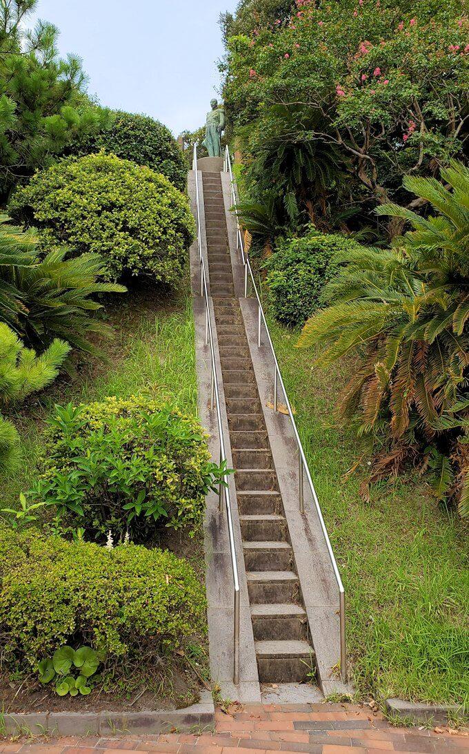 多賀城公園で上に登る細い階段