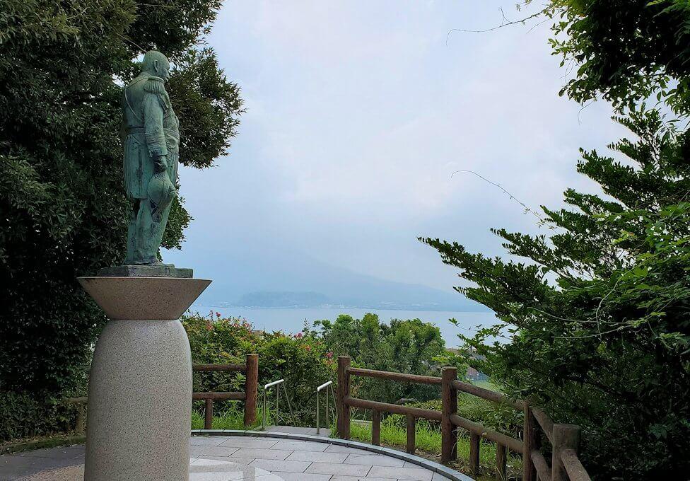 多賀城公園の高台に設置されている、東郷平八郎の像が見下ろす錦江湾