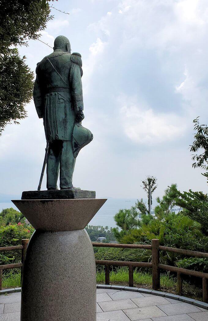 多賀城公園の高台に設置されている、東郷平八郎の像が見下ろす錦江湾1