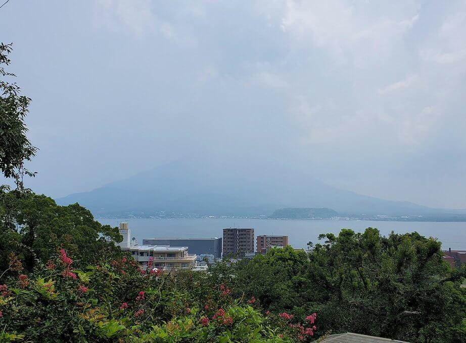 多賀城公園の高台から見下ろす多賀城公園の高台に設置されている、東郷平八郎の像が見下ろす錦江湾