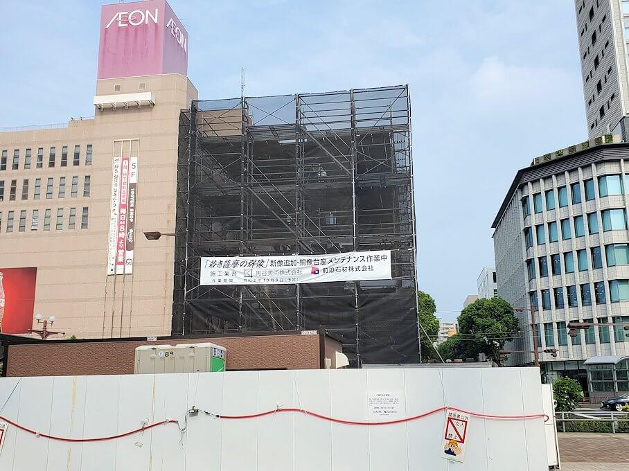 鹿児島中央駅前にある群像は補修工事中