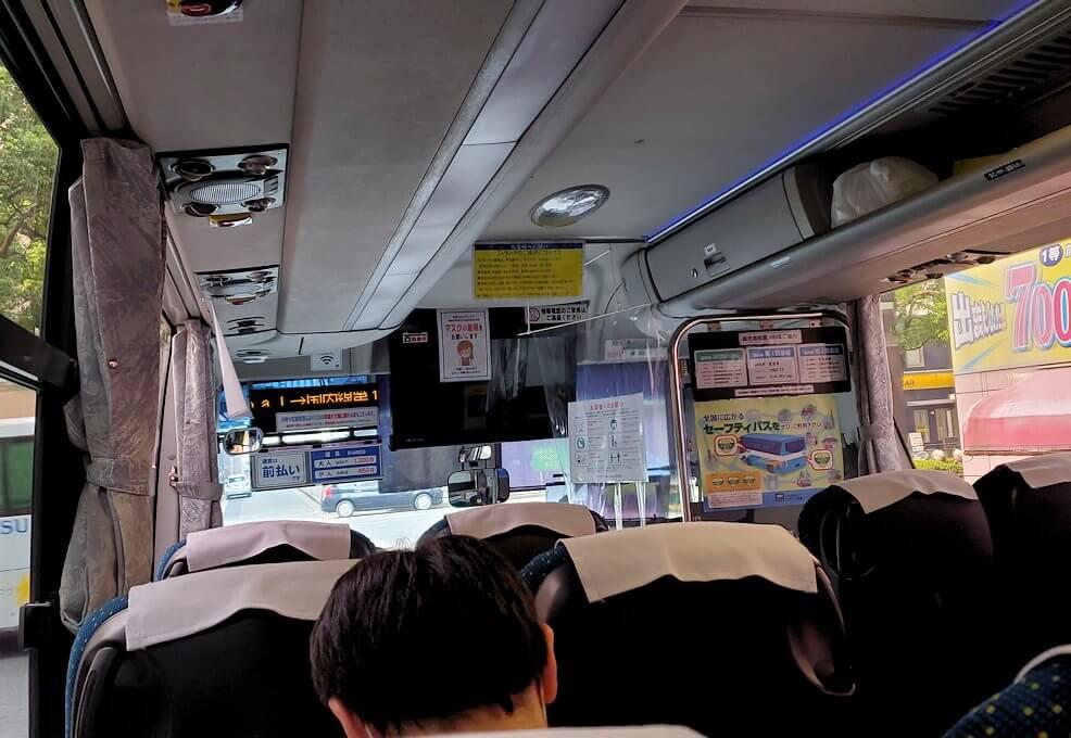 鹿児島中央駅前バス乗り場から鹿児島空港行きバスに乗り込む