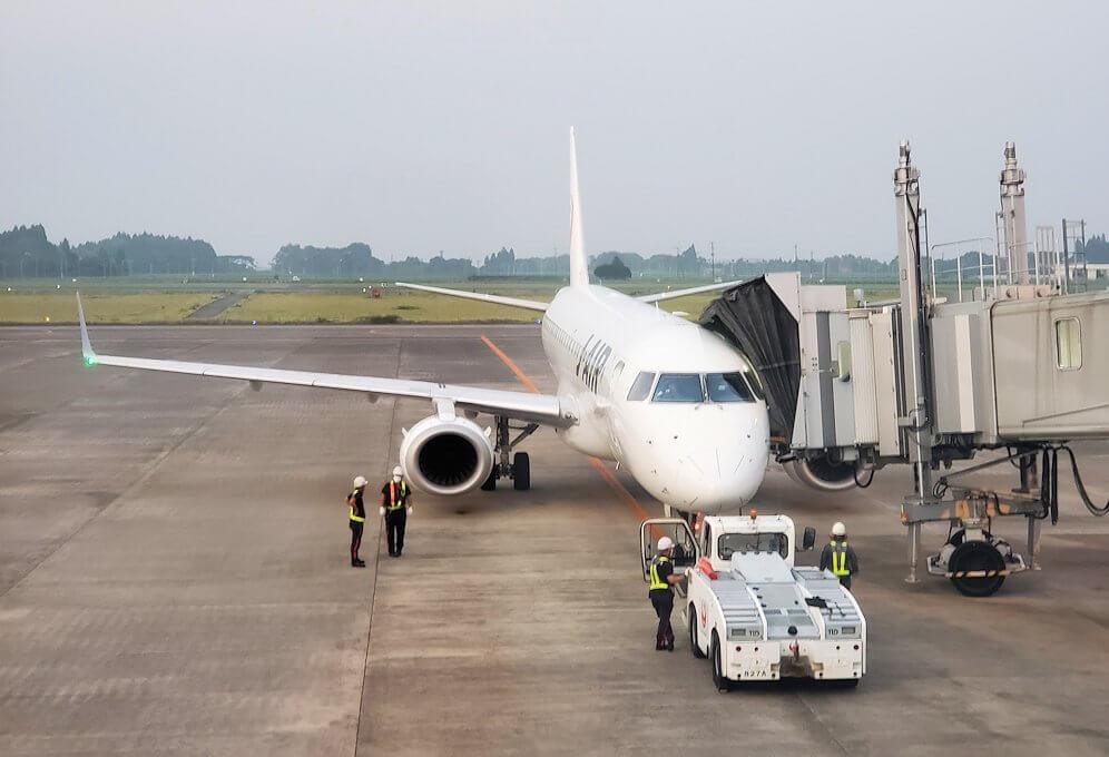 鹿児島空港ターミナル内から眺める飛行機