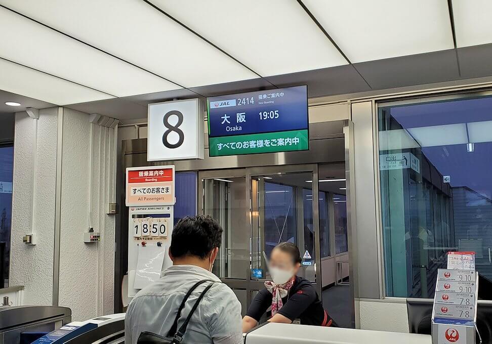 鹿児島空港からJALの飛行機に乗り込む