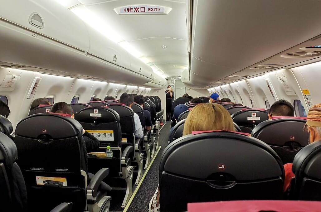 鹿児島空港からJALの飛行機に乗り込む1