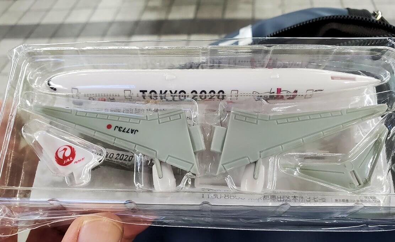 鹿児島空港からJALの飛行機に乗り込んで、もらった飛行機のおもちゃ
