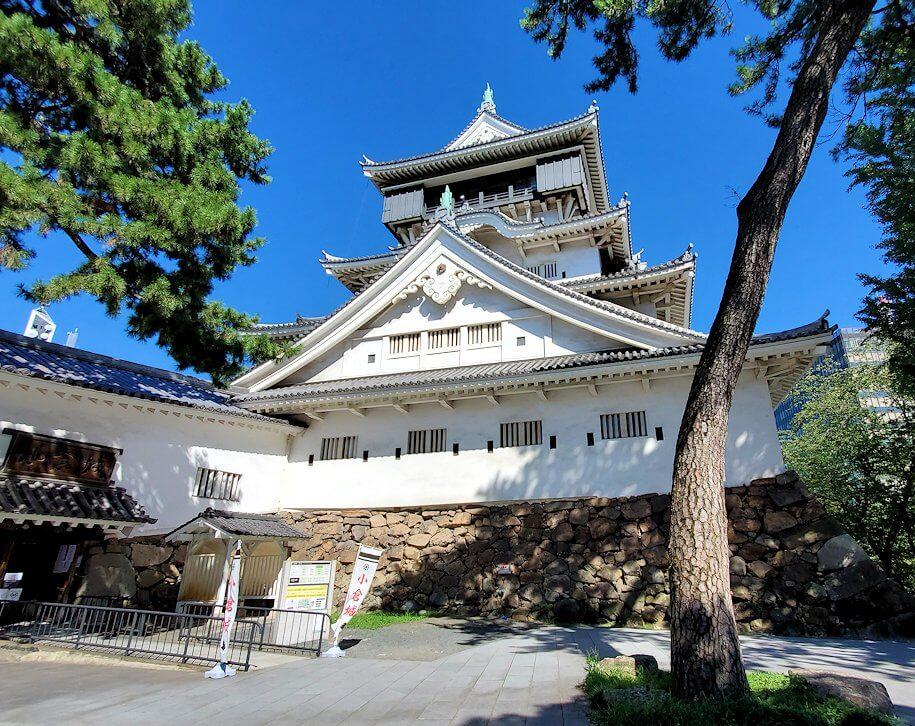 小倉城の天守閣を眺める