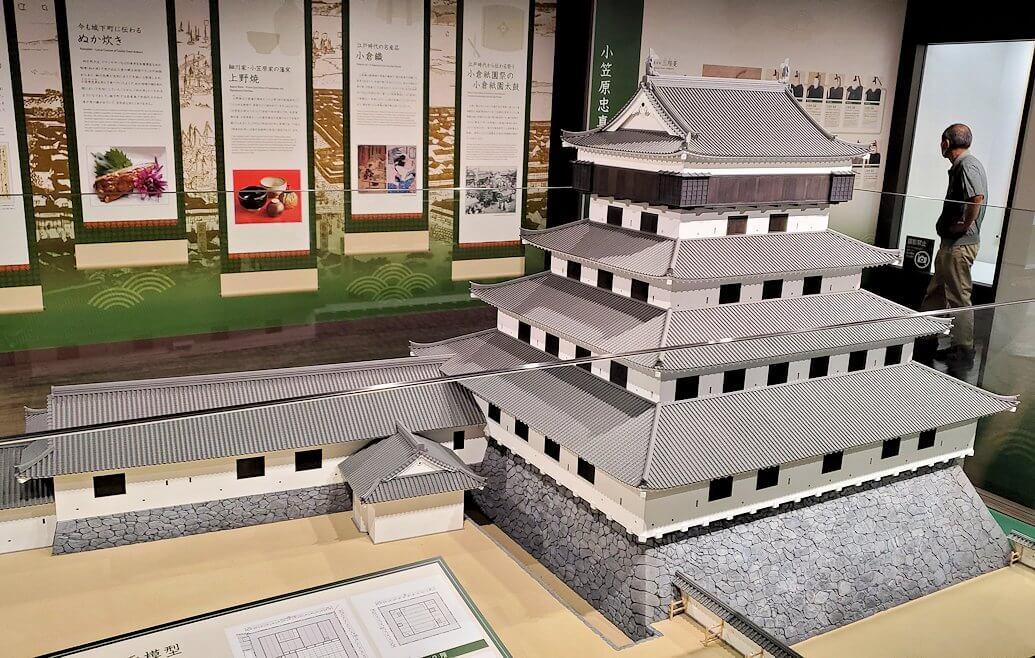小倉城内にある、お城のミニチュアを眺める
