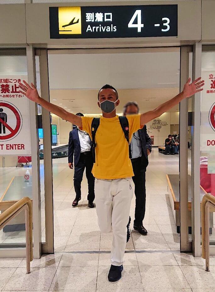 新千歳空港の到着ゲートから出てくる男