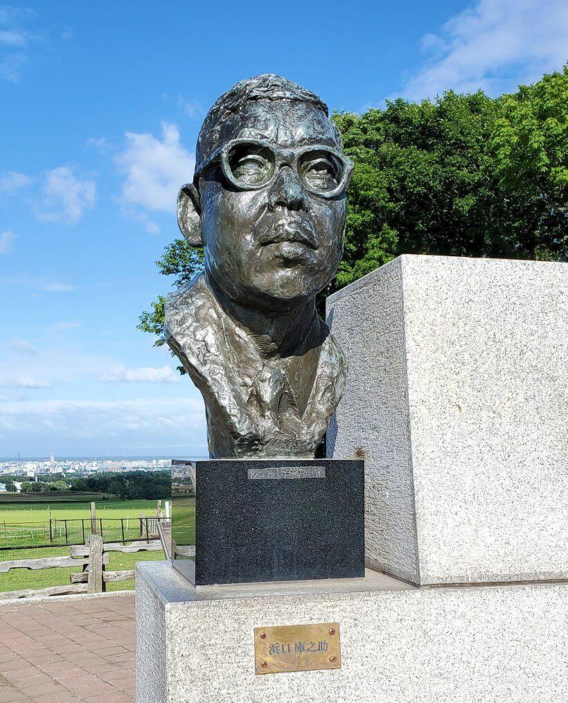 「さっぽろ羊ヶ丘展望台」にある、「恋の街札幌」の記念碑2