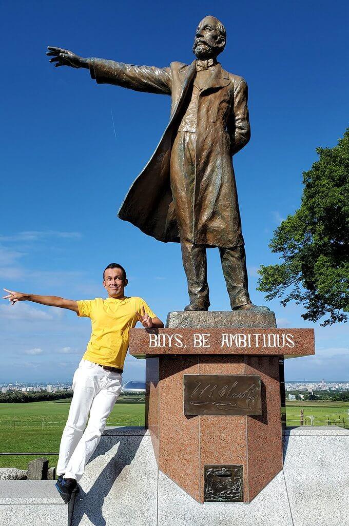 「さっぽろ羊ヶ丘展望台」にあるクラーク博士の像で記念撮影