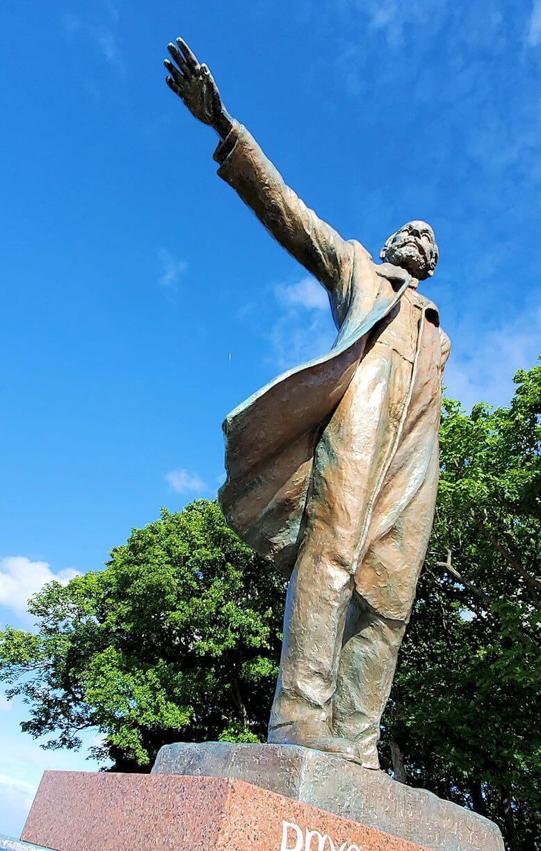 「さっぽろ羊ヶ丘展望台」にあるクラーク博士の像の右手を眺める