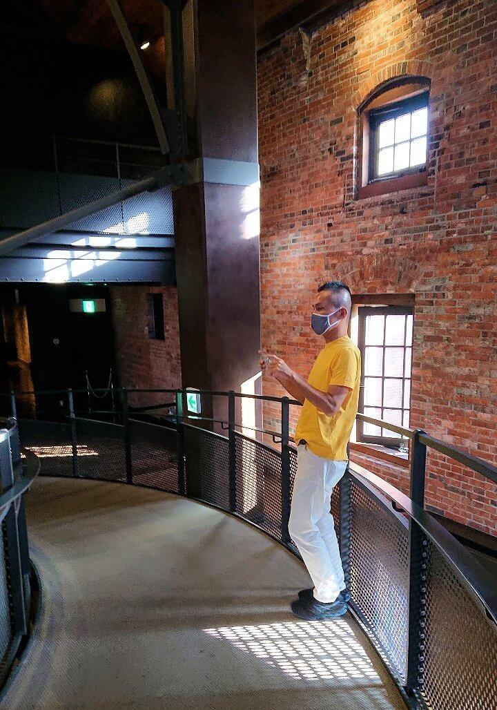 「サッポロビール園」内のビール貯蔵タンクを見る男