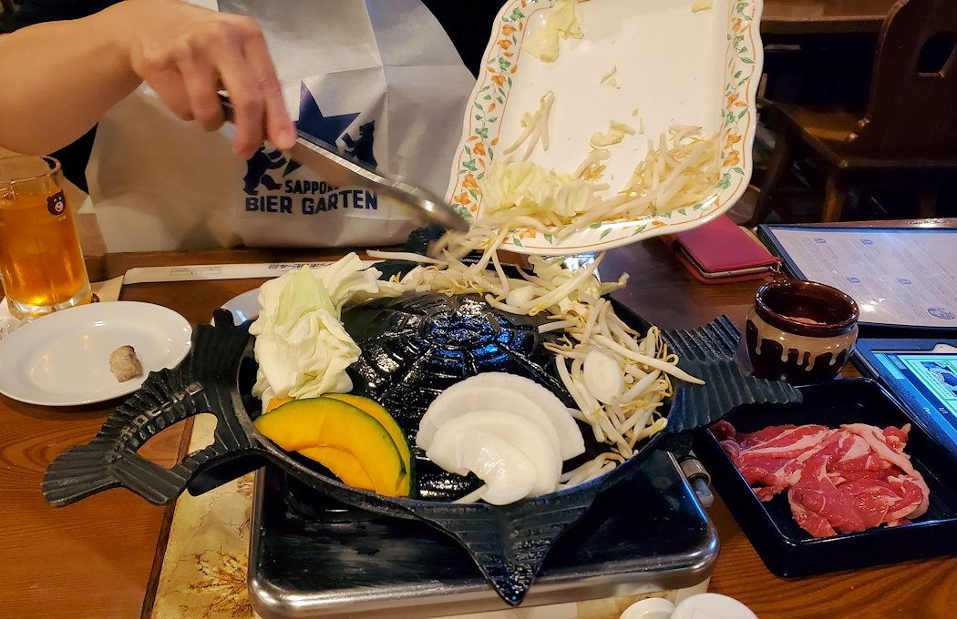 「サッポロビール園」でジンギスカン鍋に野菜を放り込む