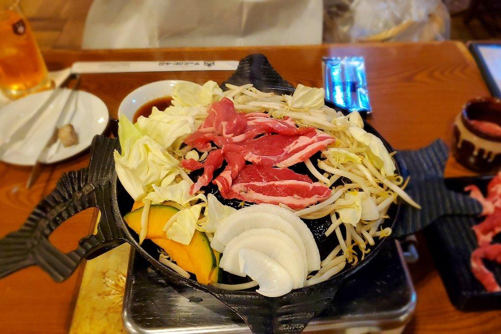 「サッポロビール園」でジンギスカン鍋に野菜ち羊肉を放り込む