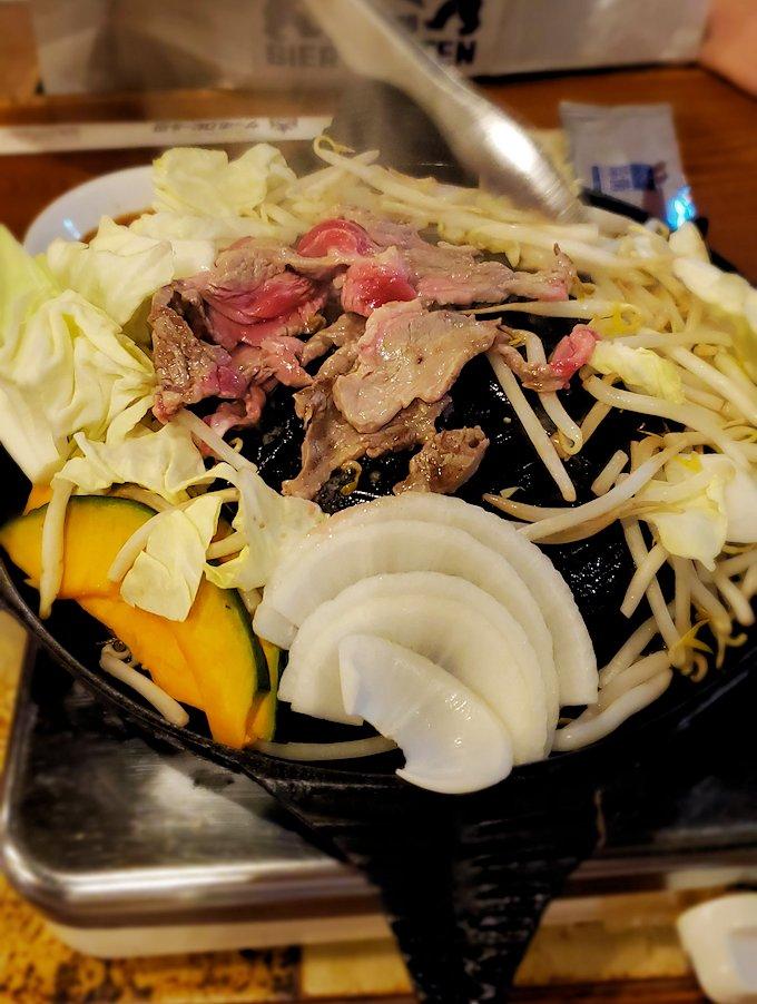 「サッポロビール園」でジンギスカン鍋に野菜ち羊肉を放り込んで、そろそろ焼けてきた