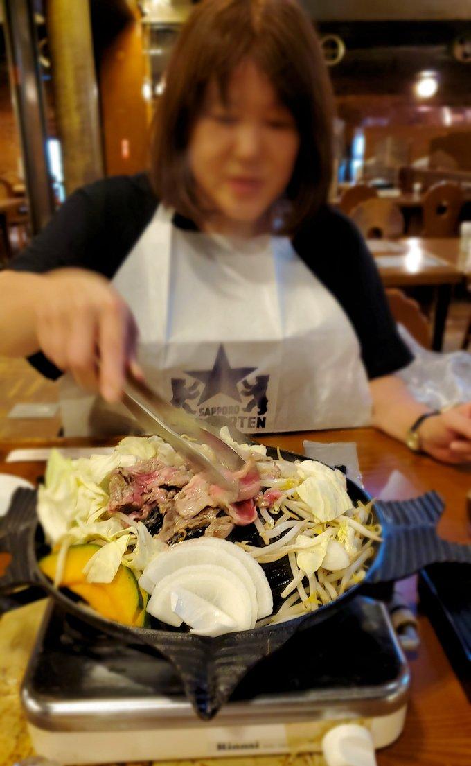 「サッポロビール園」でジンギスカン鍋に野菜ち羊肉を放り込む1