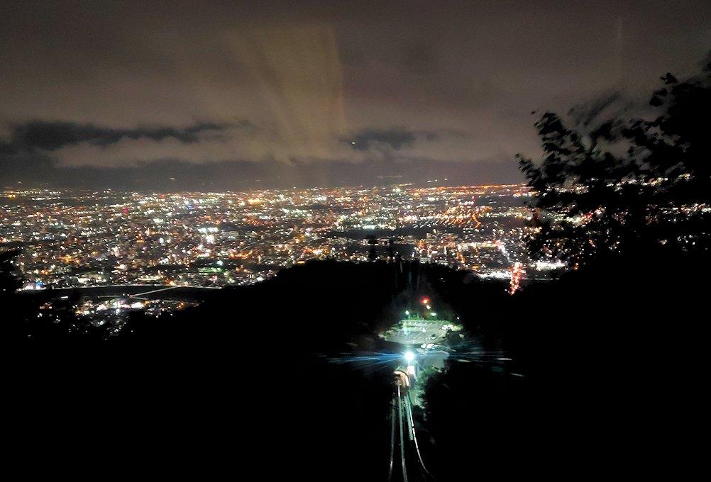 「藻岩山展望台」麓のロープウェイに乗って見える札幌市内の景色
