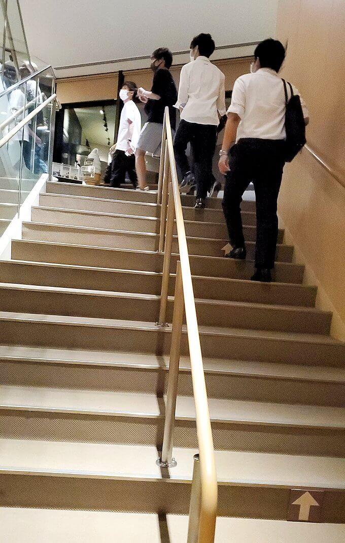 「藻岩山展望台」麓のロープウェイに乗って到着した展望台の階段を登る