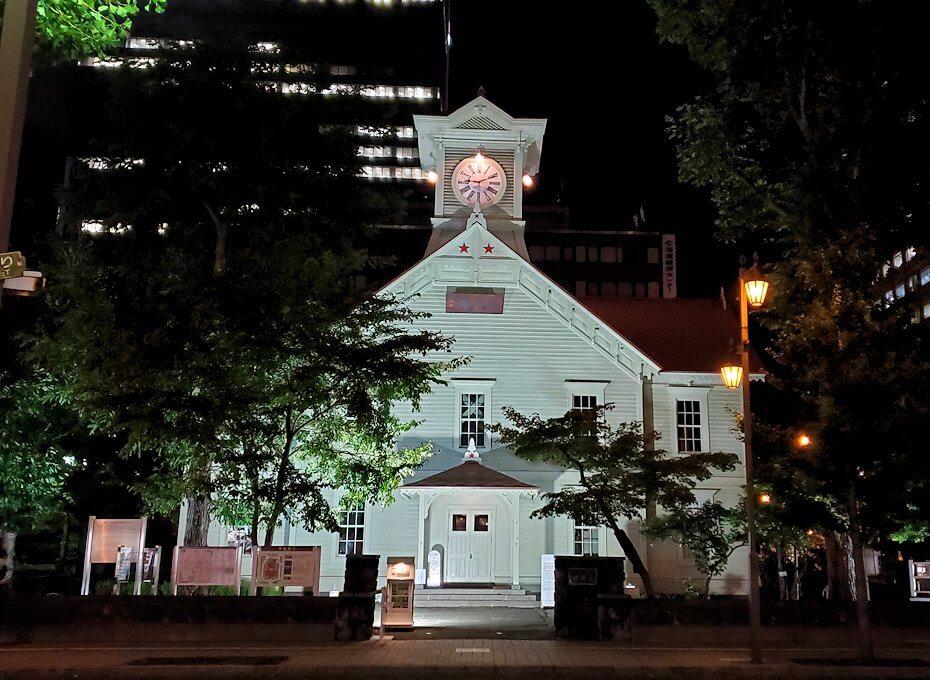 夜の札幌市内にある、時計台を眺める
