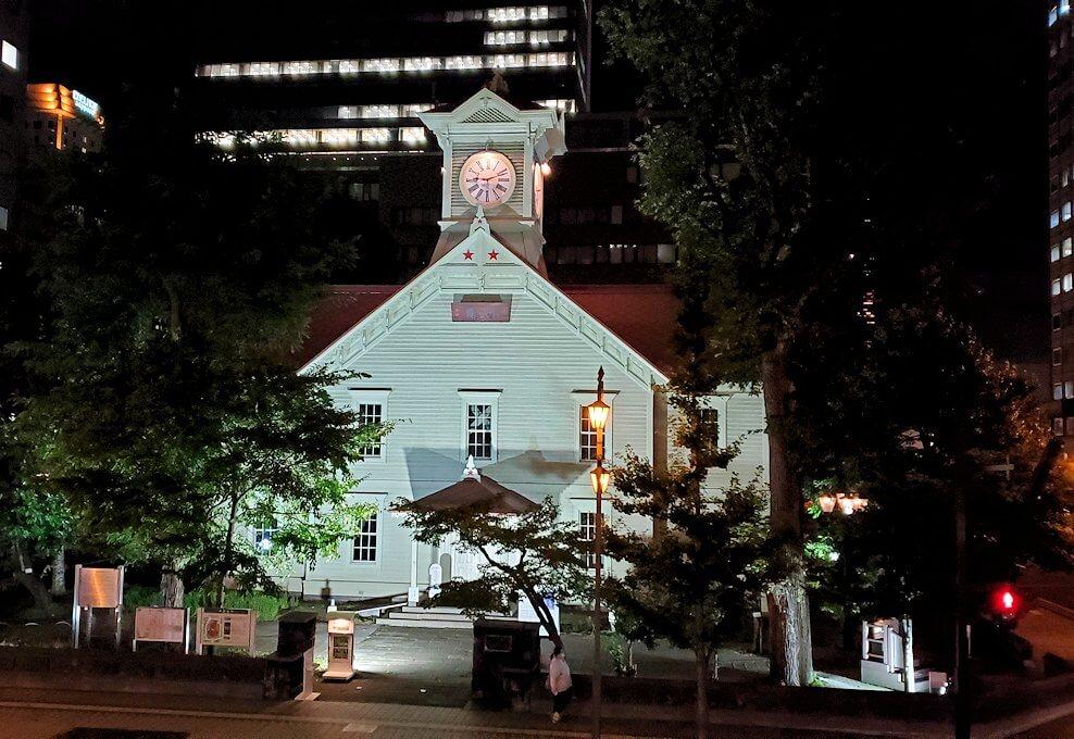 夜の札幌市内にある、時計台を眺める1