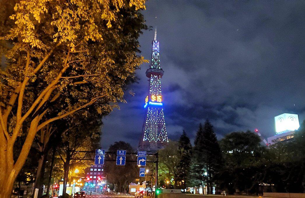 夜の札幌市内にある、さっぽろテレビ塔を眺める