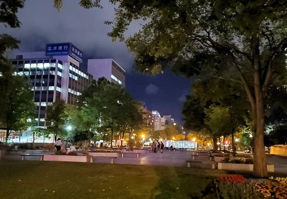 夜の札幌市内にある、大通り公園を眺める