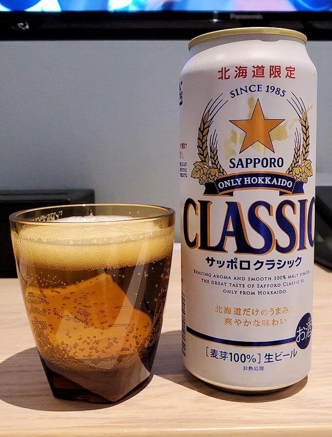 「JR東日本ホテルメッツ札幌」のシングルルームでクラシックビールを飲む