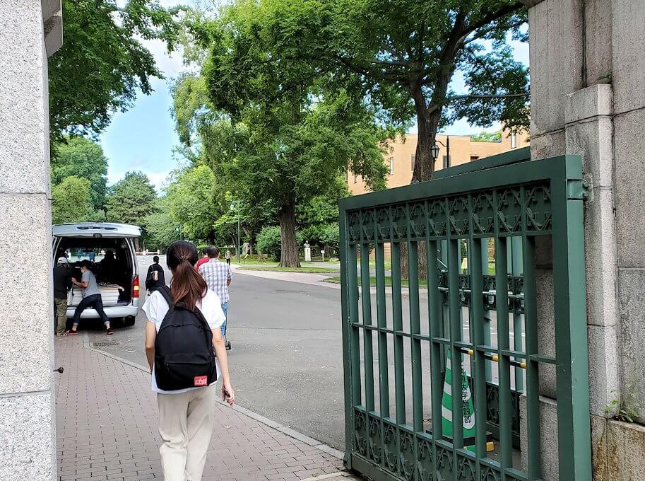 北海道大学の入口を進む