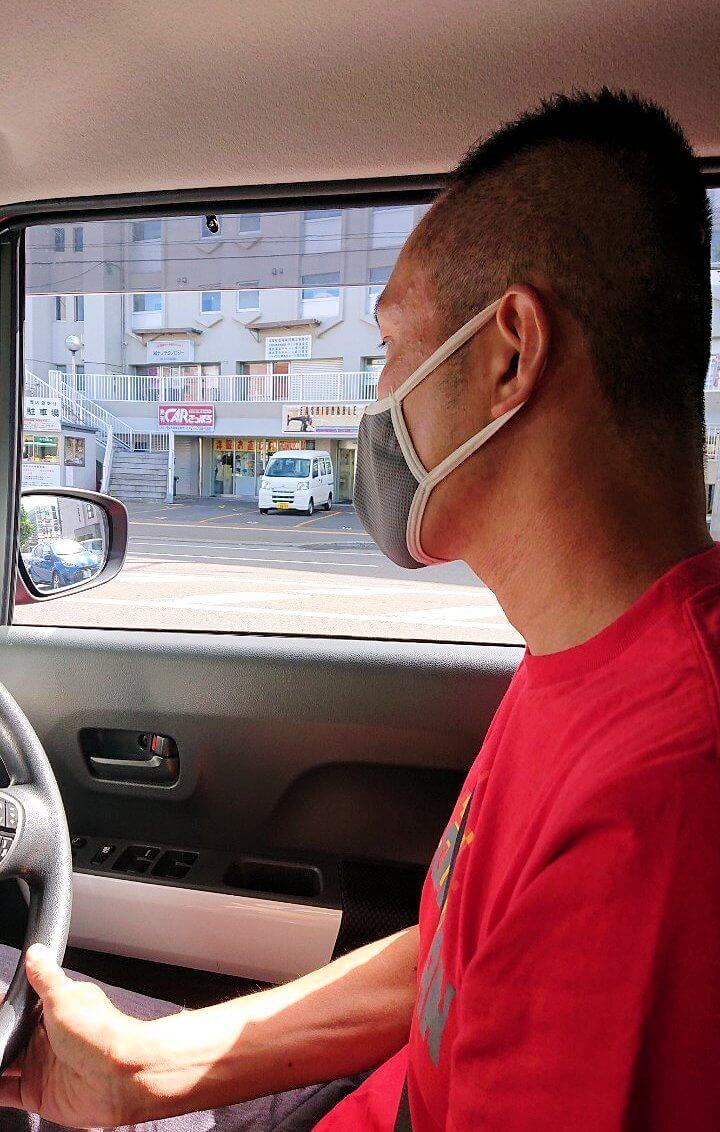 余市町まで車を運転する男