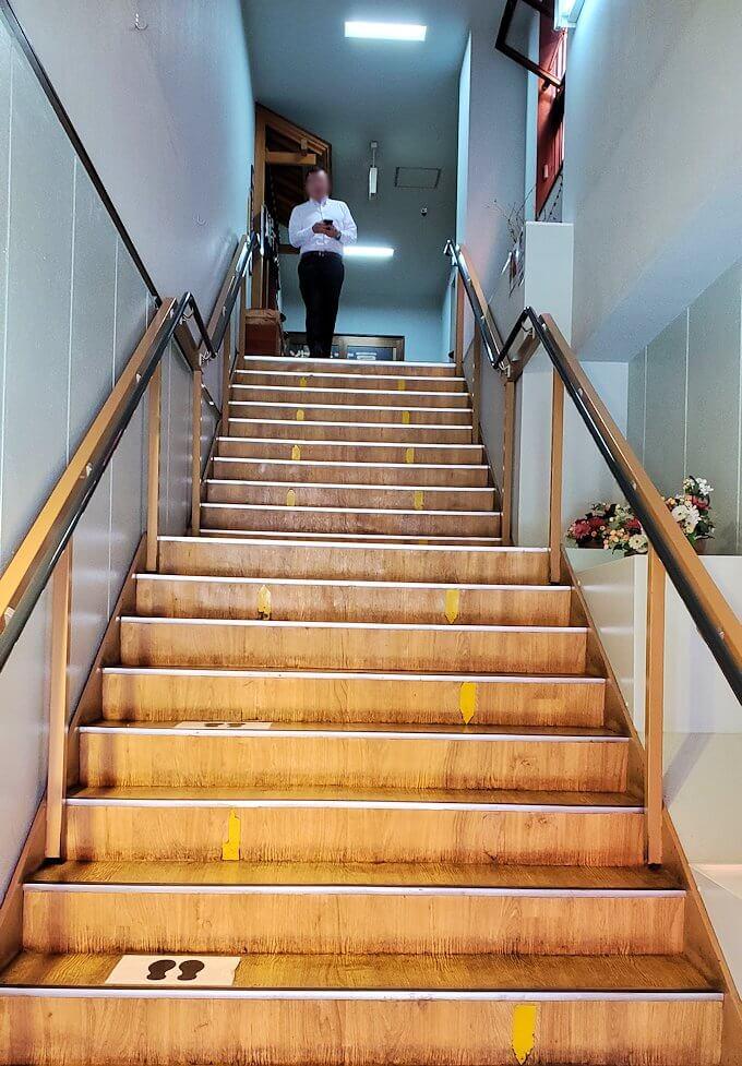 余市駅近くにある「海鮮工房」の階段
