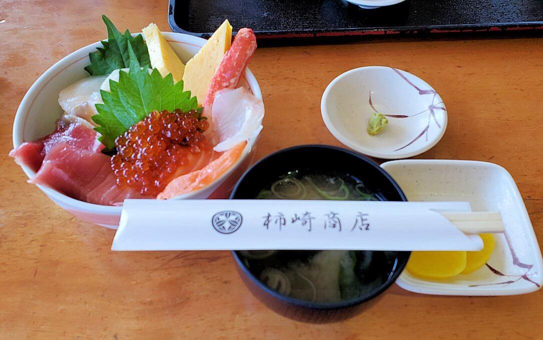余市駅近くにある「海鮮工房」で注文した海鮮丼